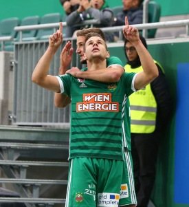 VIENNA,AUSTRIA,28.OCT.17 - SOCCER - tipico Bundesliga, SK Rapid Wien vs FC Admira Wacker Moedling. Image shows the rejoicing of Louis Schaub (Rapid) and Maximilian Hofmann (Rapid). Keywords: Wien Energie. Photo: GEPA pictures/ Christian Ort