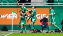 VIENNA,AUSTRIA,28.OCT.17 - SOCCER - tipico Bundesliga, SK Rapid Wien vs FC Admira Wacker Moedling. Image shows the rejoicing of Louis Schaub (Rapid), Venton Berisha (Rapid), Stefan Schwab (Rapid) and Giorgi Kvilitaia (Rapid). Keywords: Wien Energie. Photo: GEPA pictures/ Philipp Brem