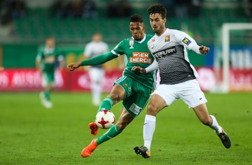 VIENNA,AUSTRIA,28.OCT.17 - SOCCER - tipico Bundesliga, SK Rapid Wien vs FC Admira Wacker Moedling. Image shows Joelinton Cassio Apolinario de Lira (Rapid) and Fabio Strauss (Admira). Keywords: Wien Energie. Photo: GEPA pictures/ Philipp Brem